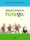 Miguel juega al fútbol